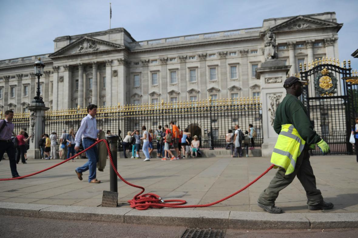 Před Buckinghamským palácem se srocují lidé očekávající narození královského potomka