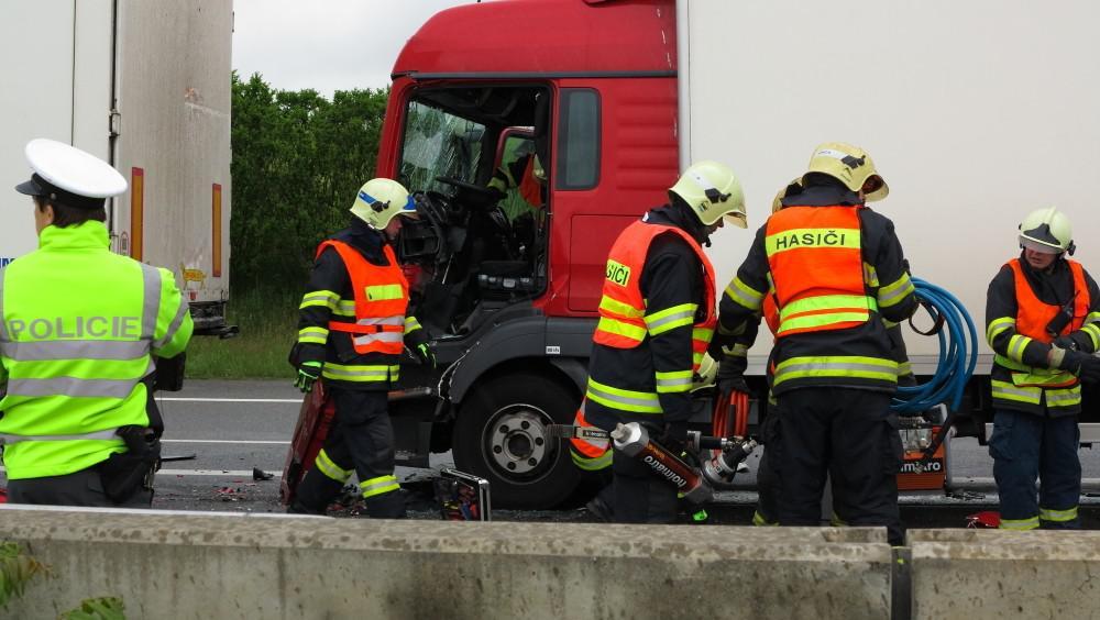 Nehoda tří kamionů na dálnici D1