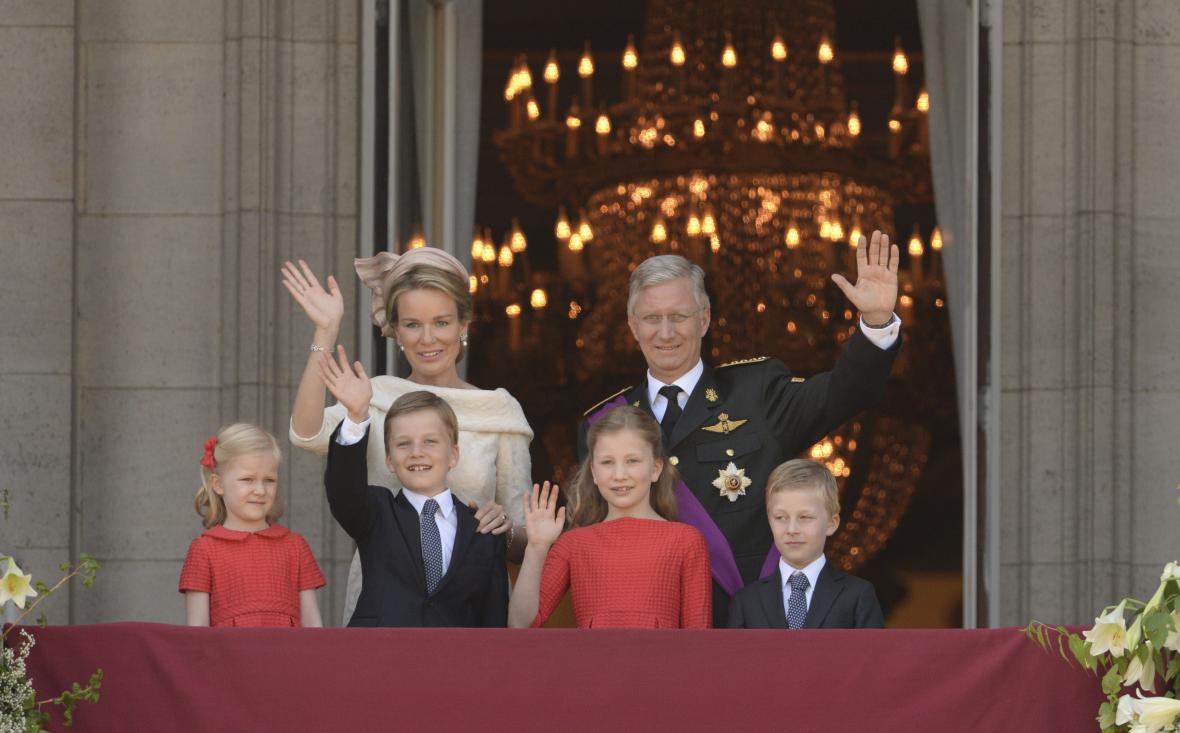 Nový belgický král Phillippe s rodinou zdraví Belgičany