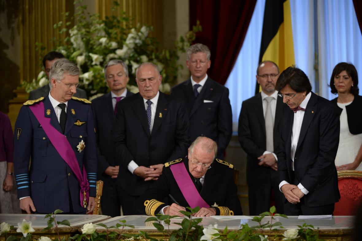 Albert II. podepisuje abdikační listinu