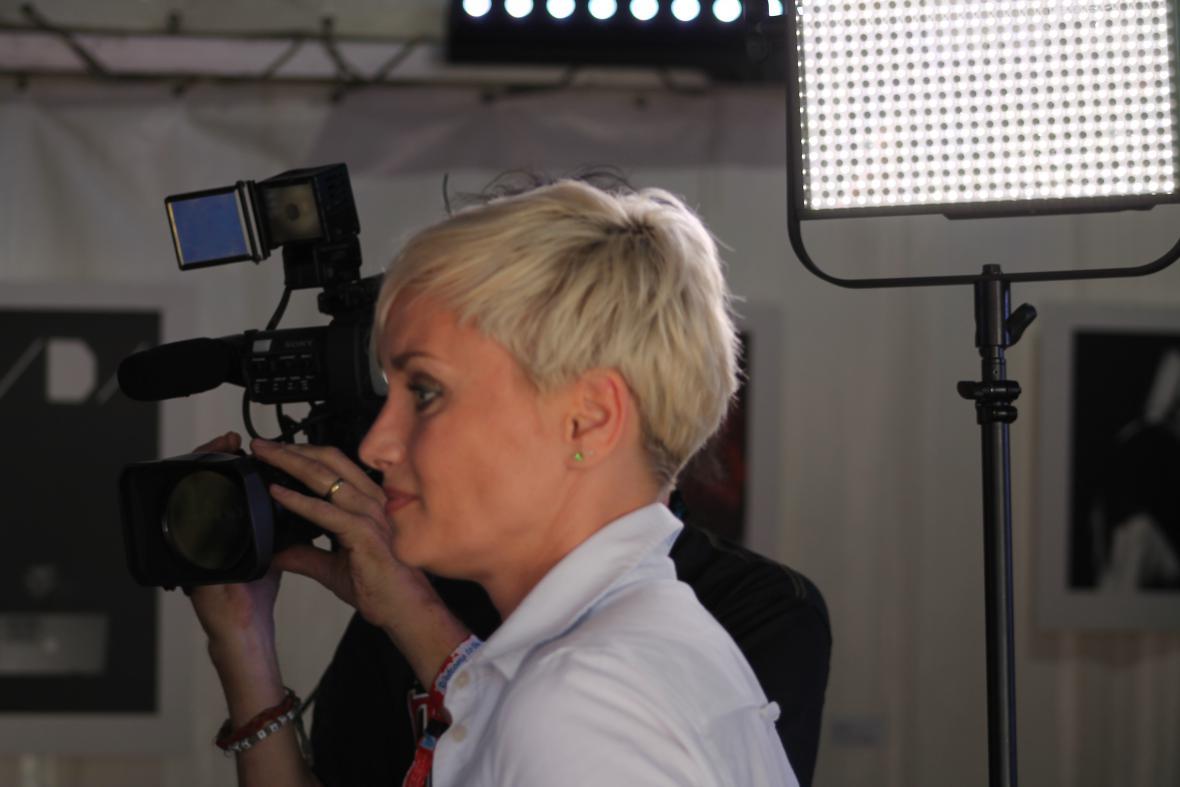 Vedoucí redaktorka ostravského zpravodajství výkony účastníků workshopu pozorně sledovala