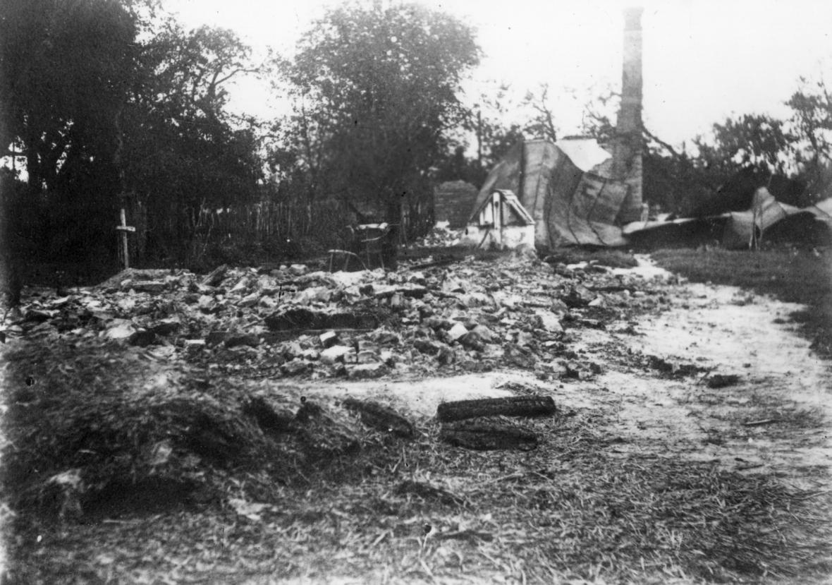 Obec Český Malín na Volyňsku (Ukrajina) po vypálení německými oddíly