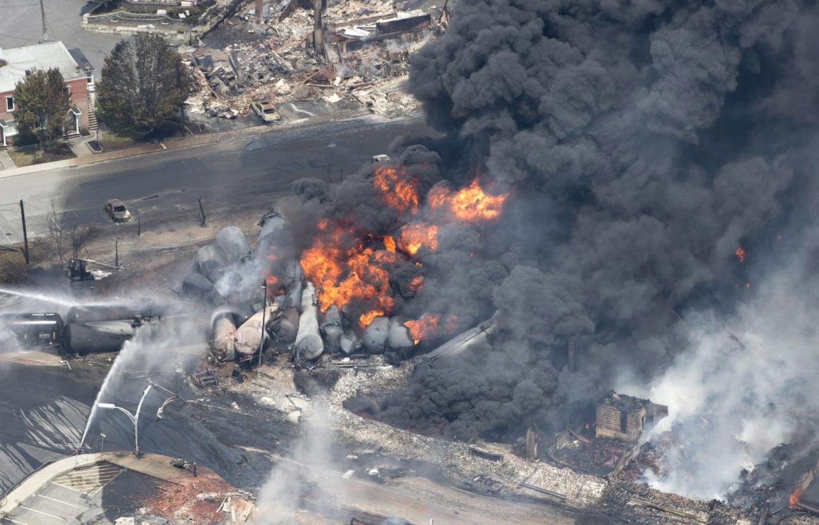 Požár vykolejeného vlaku