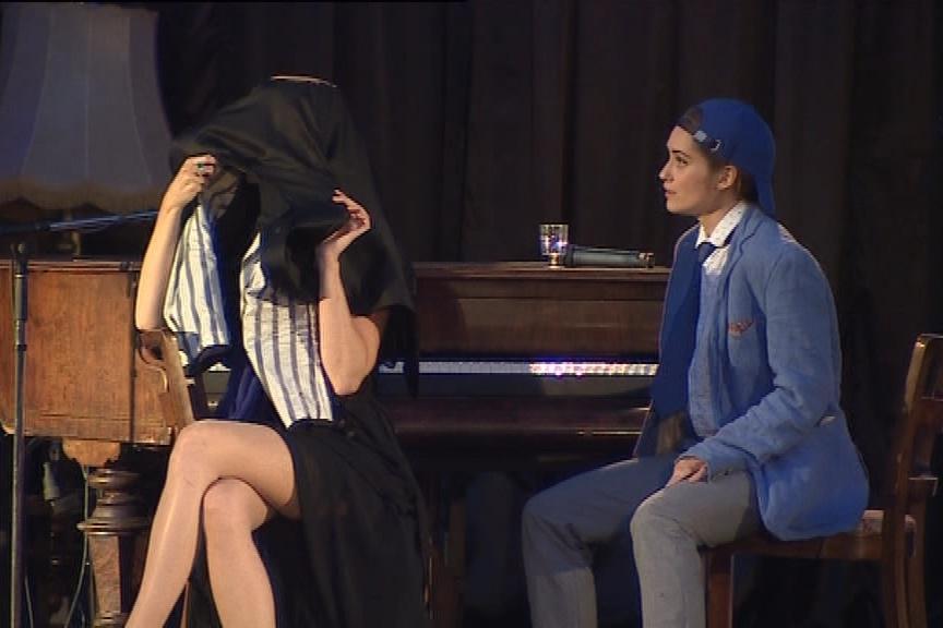 Herci v představení i zpívají a hrají na nástroje