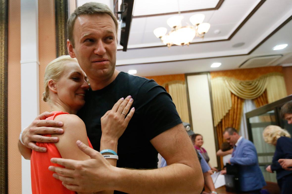Navalnyj se po propuštění objal s manželkou Julijí