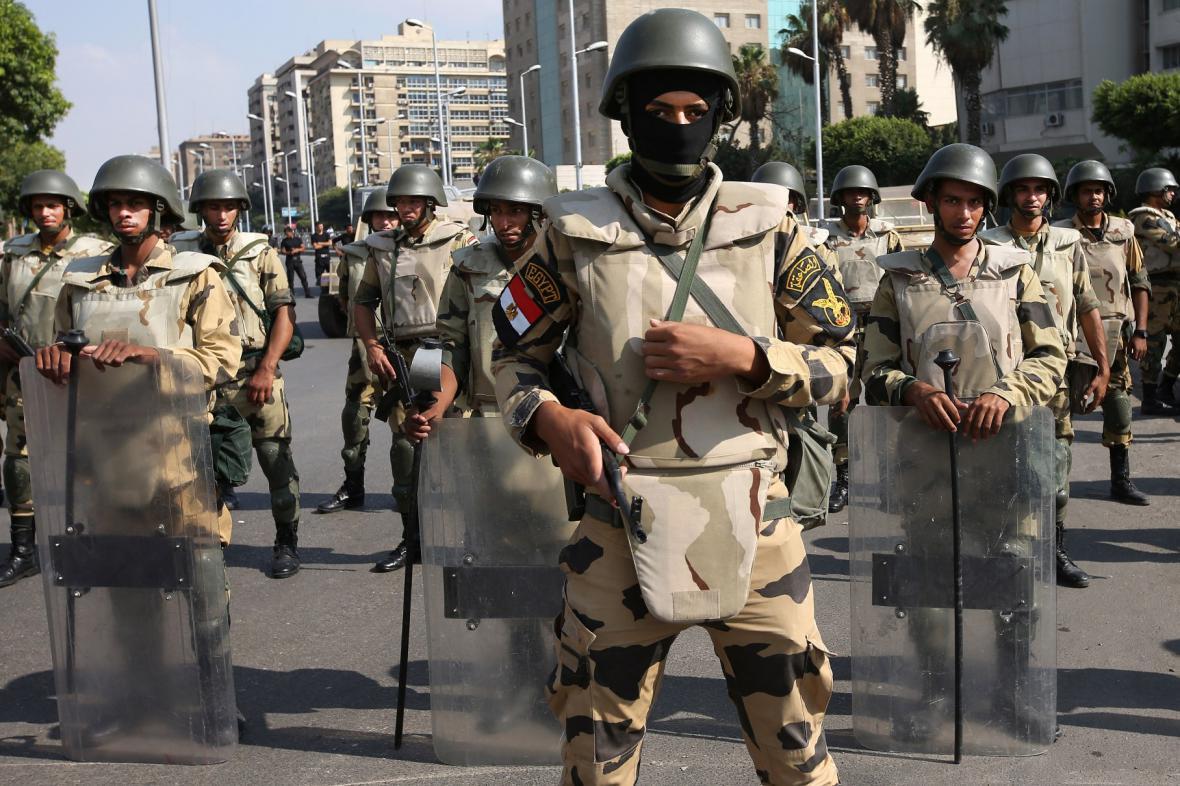 Armáda proti demonstrantům