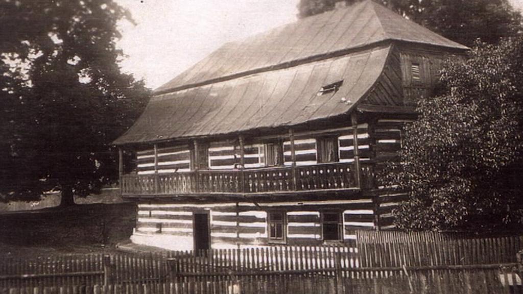 Roubený mlýn na historické fotografii