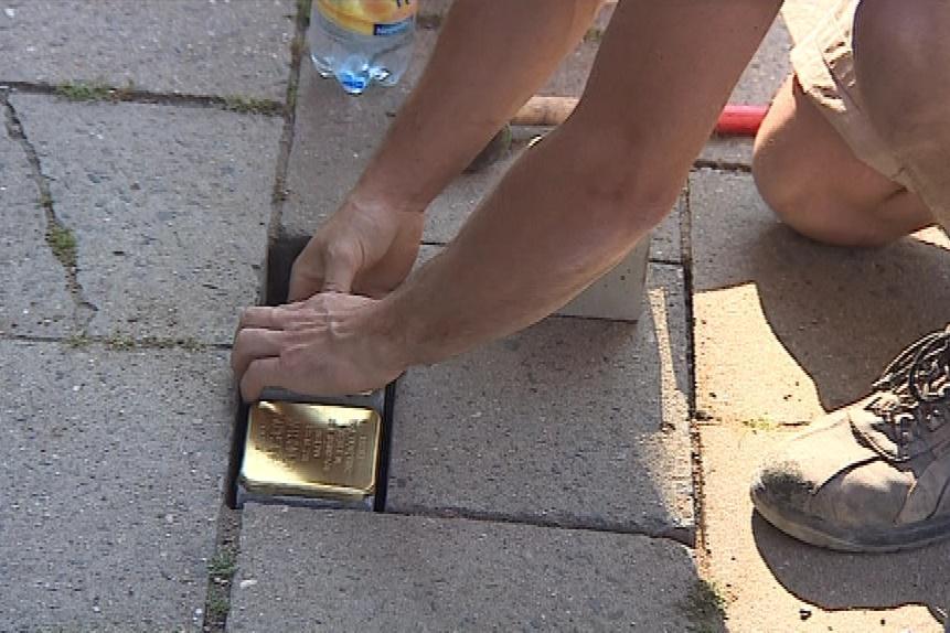 V brněnských chodnících už je přes pět desítek Stolpersteinů