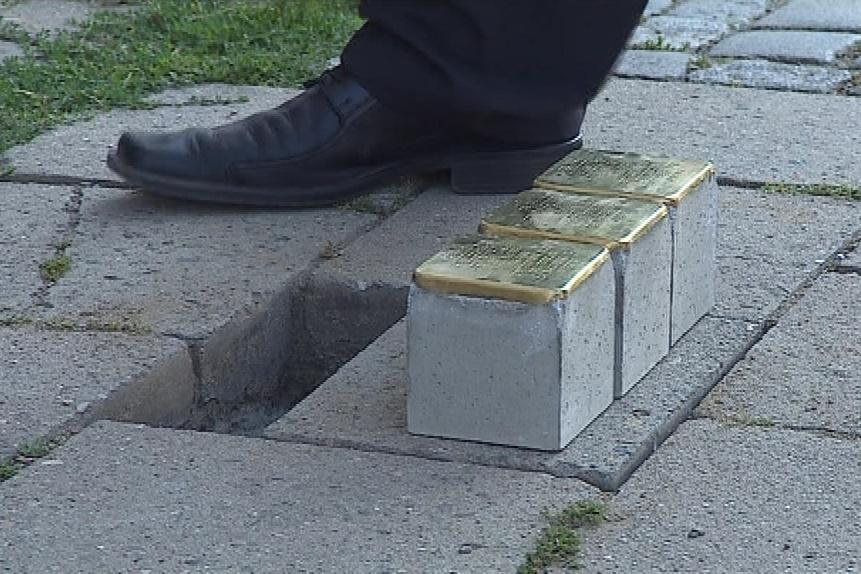 Trojici osudů připomenou kameny na Burianově náměstí