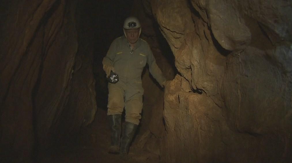 Jeskyně je dlouhá třicet metrů a lze se v ní postavit