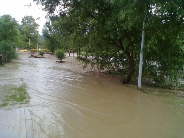 Voda zničila v obci chodníky i silnice