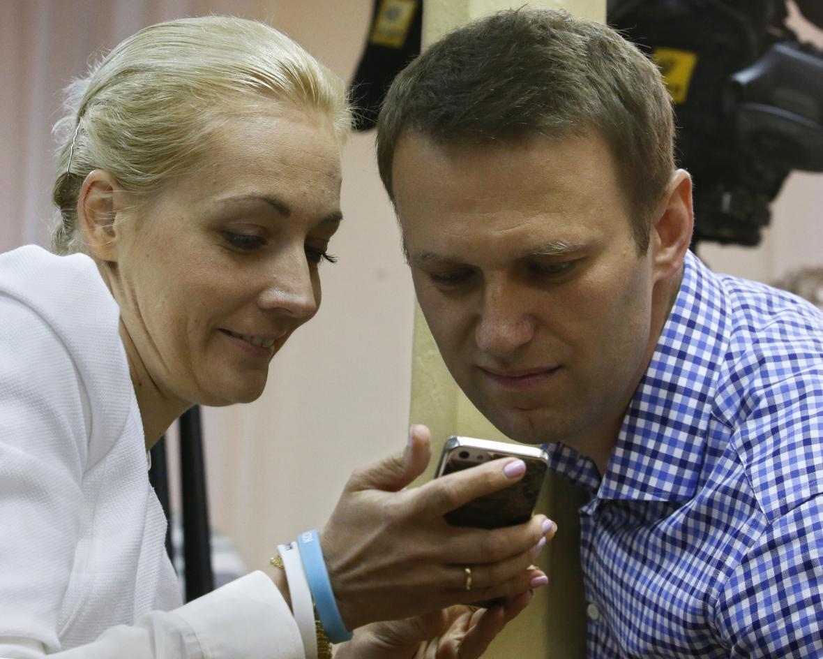 Alexej Navalnyj s manželkou během soudního jednání