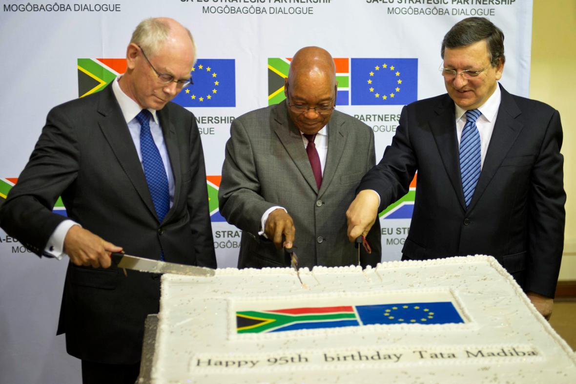 Herman Van Rompuy, Jacob Zuma a José Manuel Barroso krájejí narozeninový dort pro Mandelu