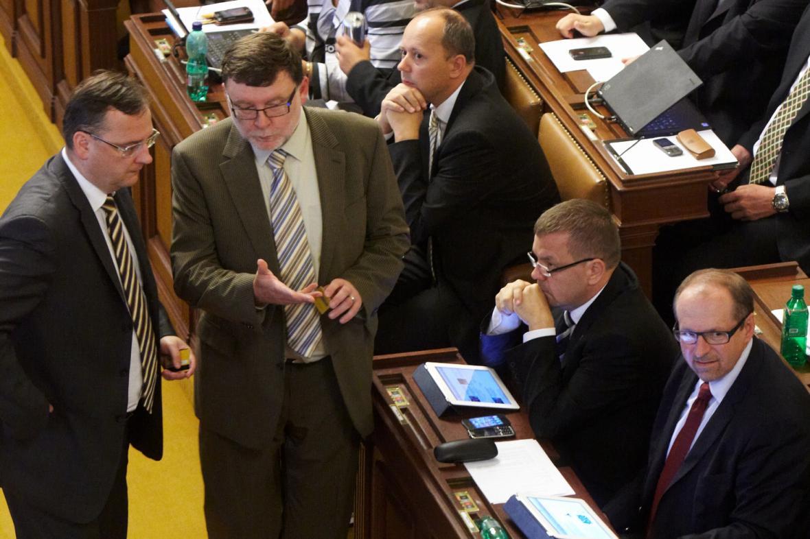 Petr Nečas ve sněmovně s rebelujícími poslanci