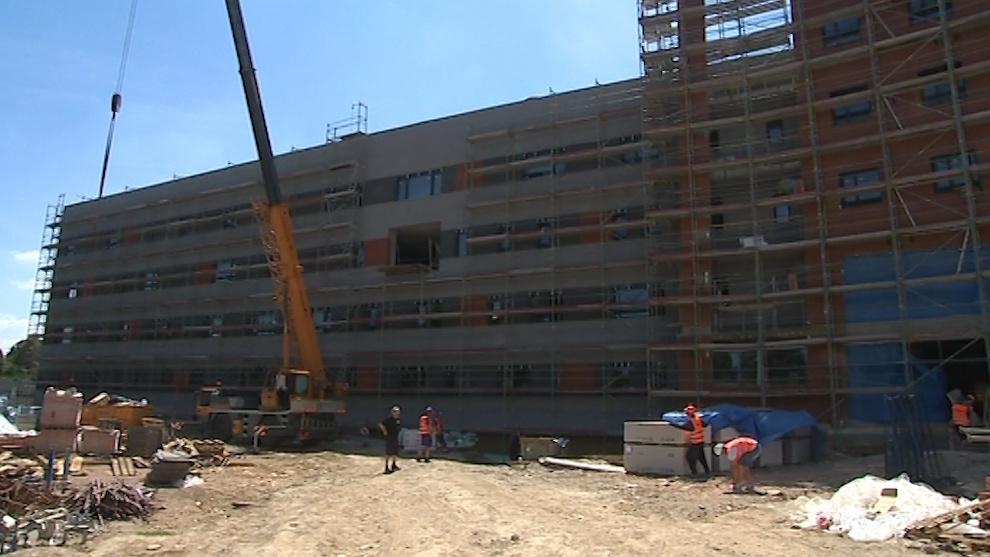 Aktuálně dělníci pracují na fasádě budoucího centrálního pavilonu