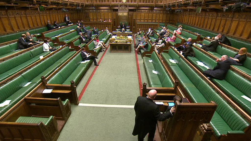 Historickou chvíli na půdě britského parlamentu zažilo jen pár poslanců