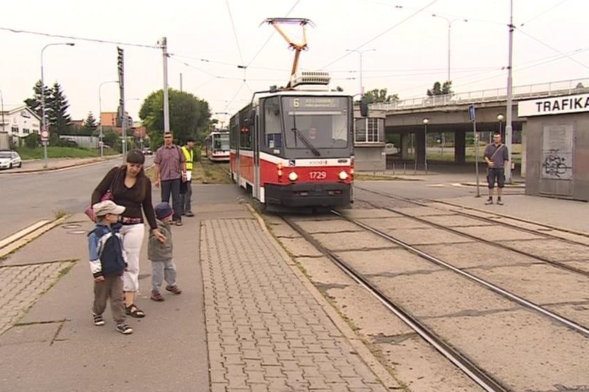 Cestující musí přestupovat na tramvaj a odtud přejet na hlavní nádraží
