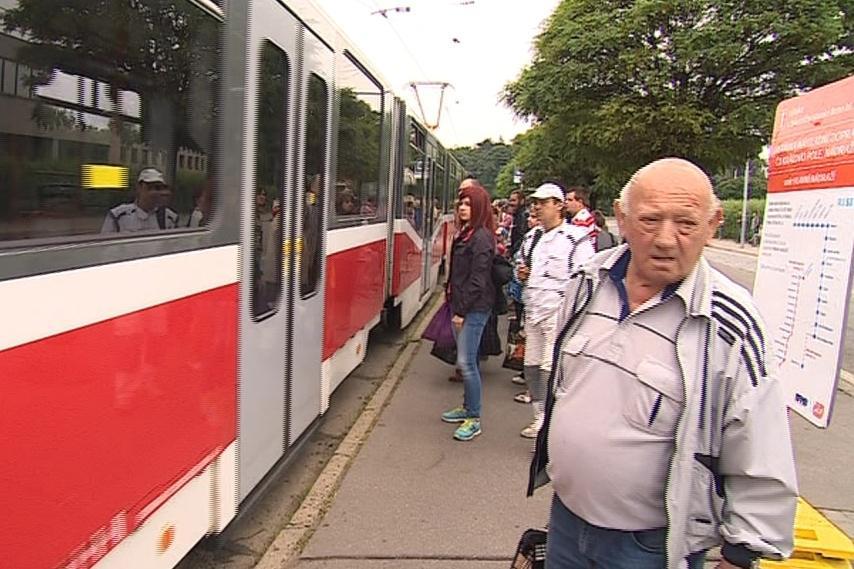 Cestující musí z vlaků přesednout do tramvají