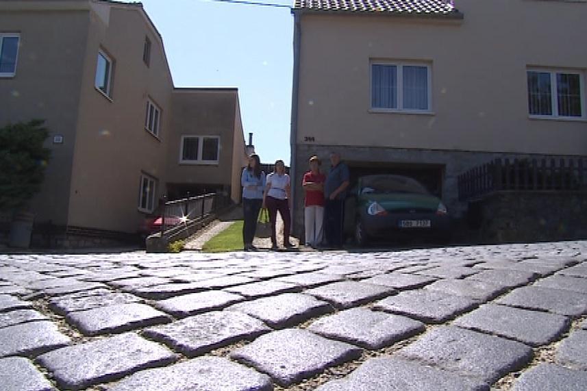 Lidé v Ochozi usilují o výměnu kostek léta