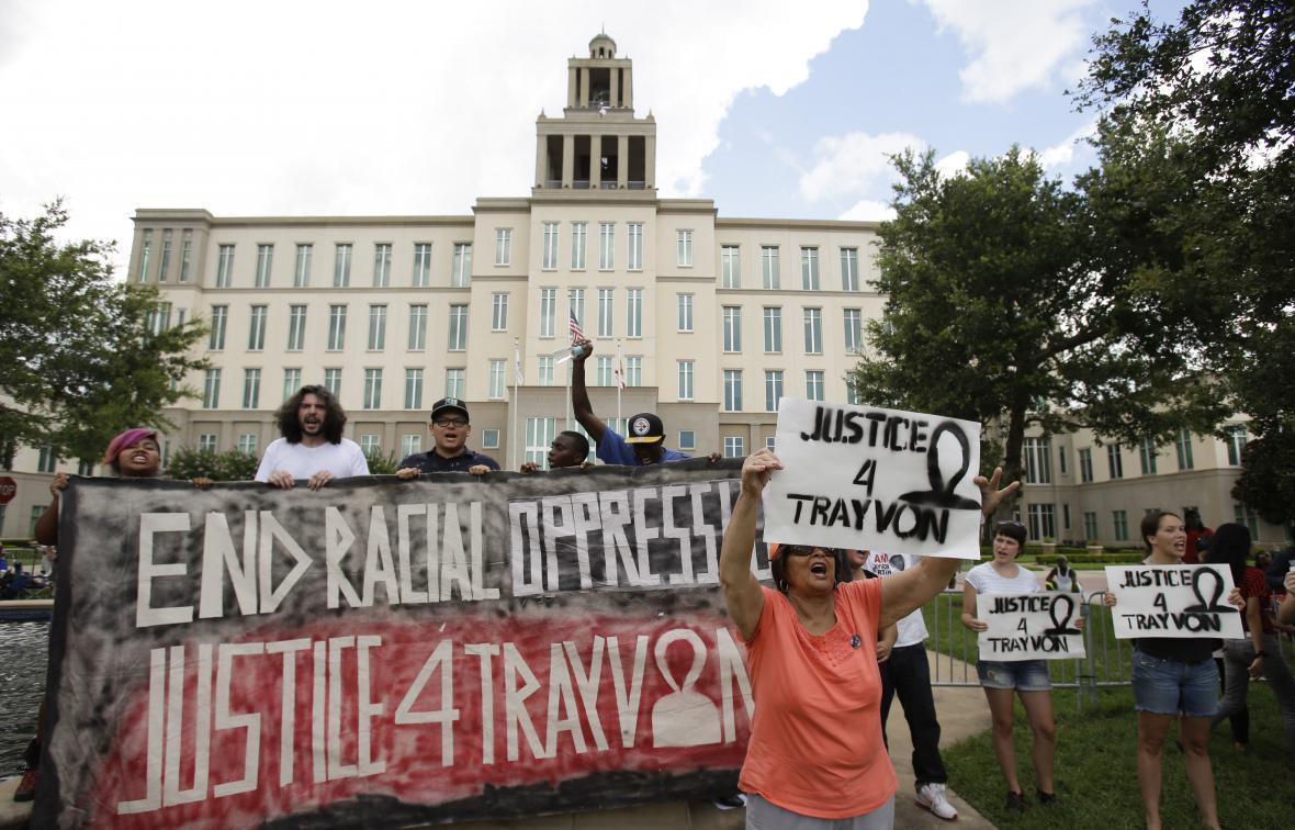 Lidé demonstrovali před soudem, který Zimmermana osvobodil