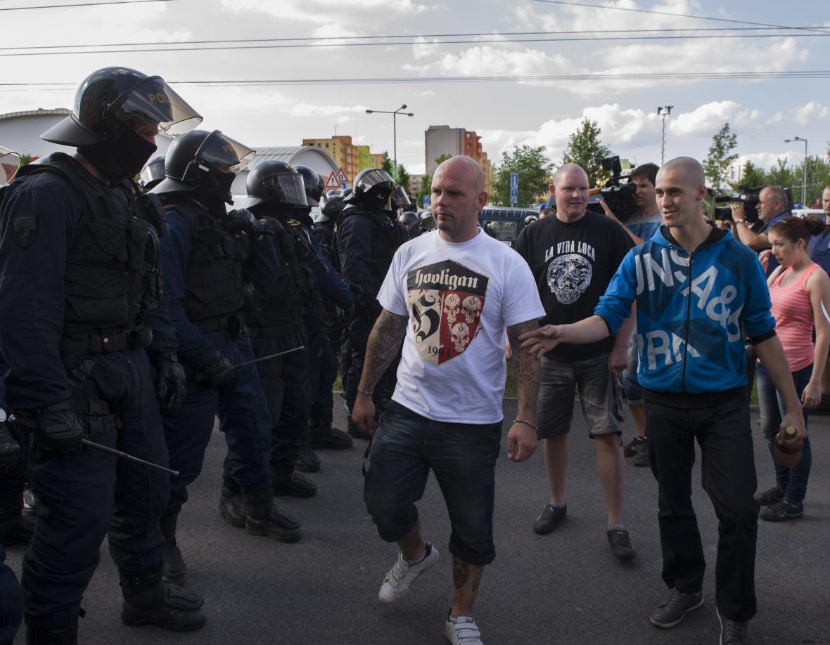 Policisté zabránili účastníkům shromáždění vejít na sídliště Máj
