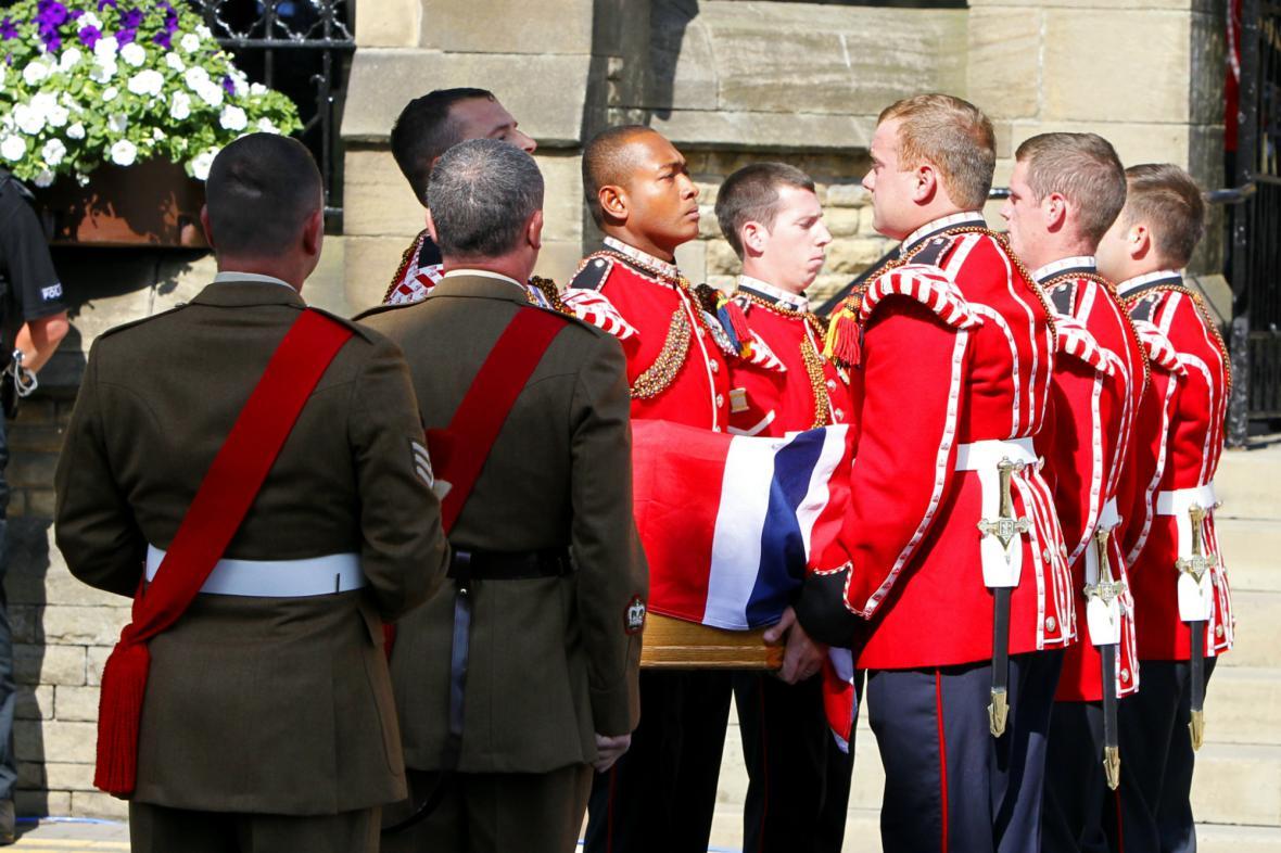 Vojáci přinášejí rakev vojína Rigbyho do kostela v Bury