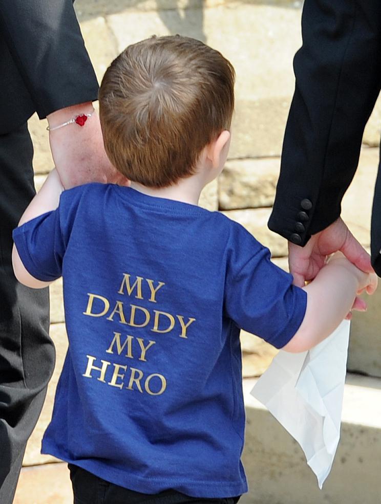 Syn Leea Rigbyho na otcově pohřbu