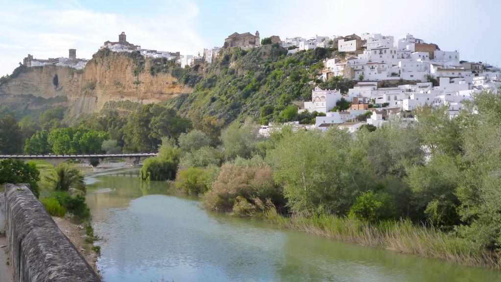 Arcos de la Frontera se vypíná na skalisku nad řekou