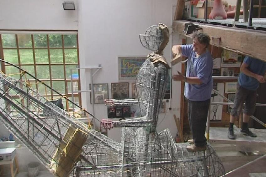Jaroslav Róna při práci na soše Jošta Lucemburského