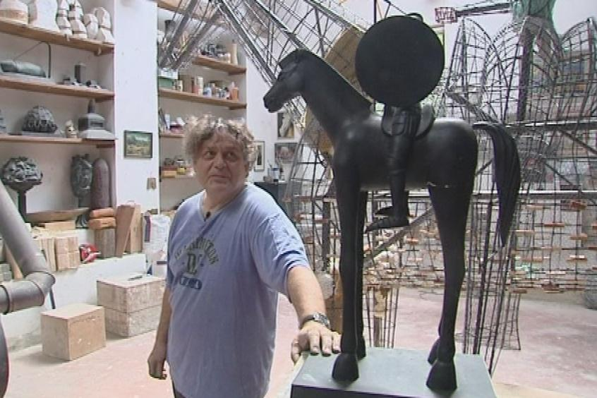 Jaroslav Róna s modelem jezdecké sochy