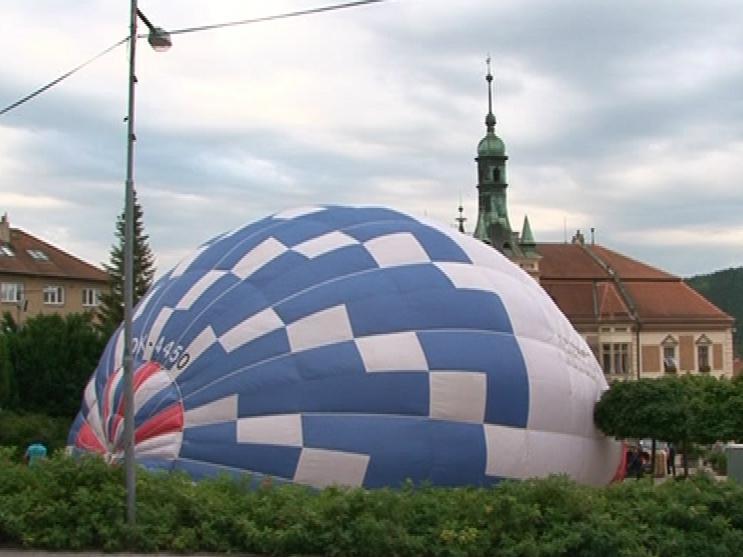 Plnění balónu před tišnovskou radnicí