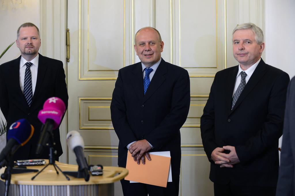 Ministr školství Dalibor Štys (uprostřed)