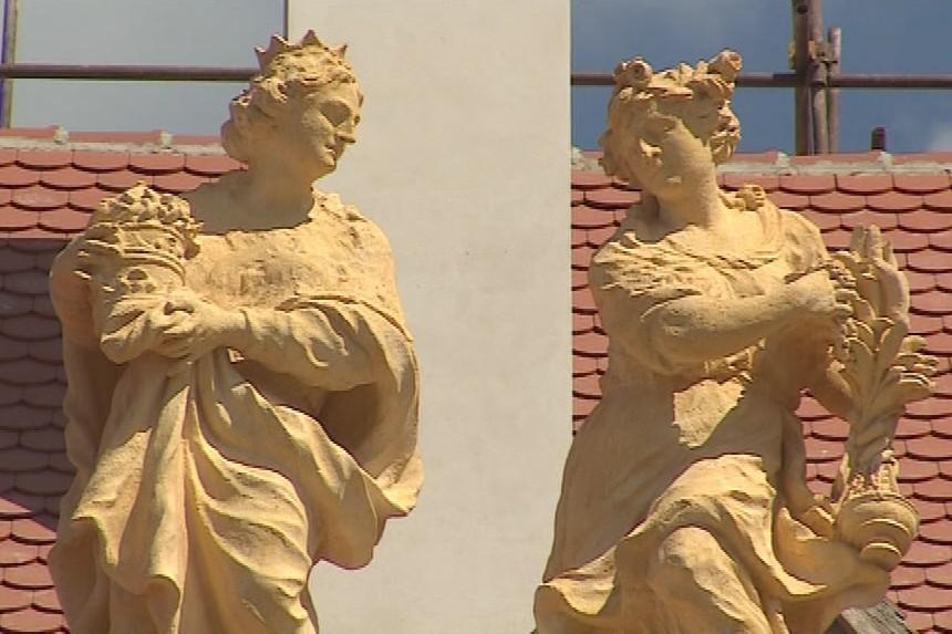 Jízdárny zdobila i bohatá sochařská výzdoba