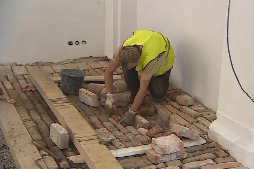 Před rekonstrukcí museli památkáři podlahy dekontaminovat