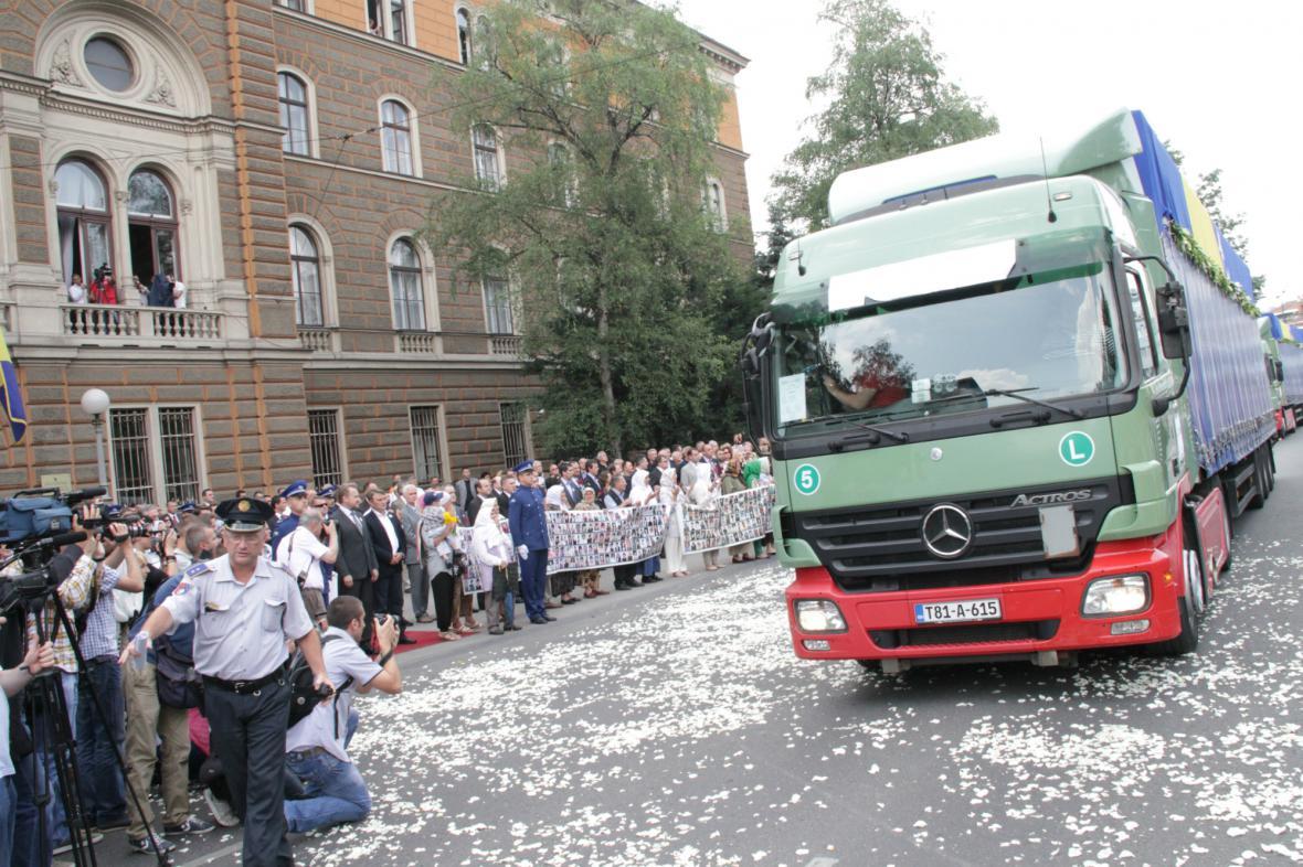Převoz ostatků obětí ze Srebrenice