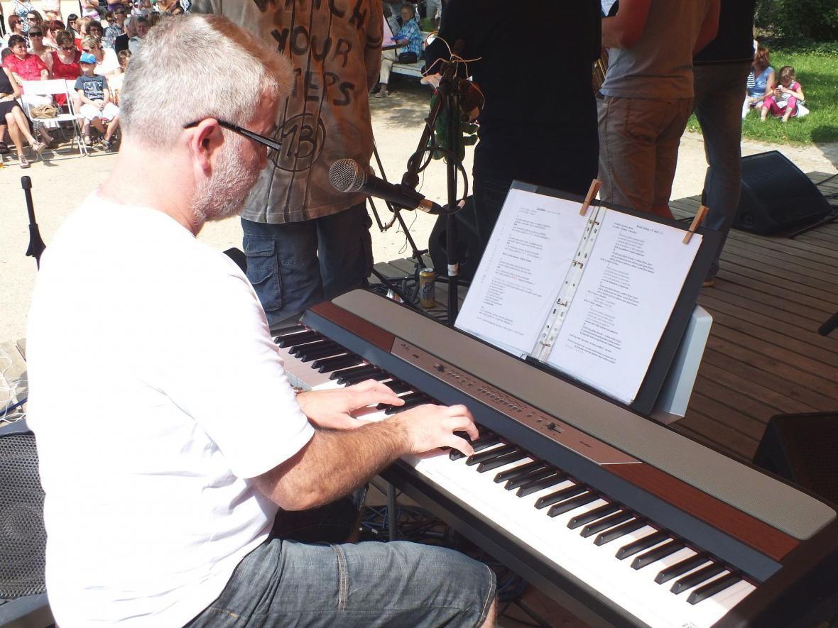 Z koncertu skupiny Karlovy hračky