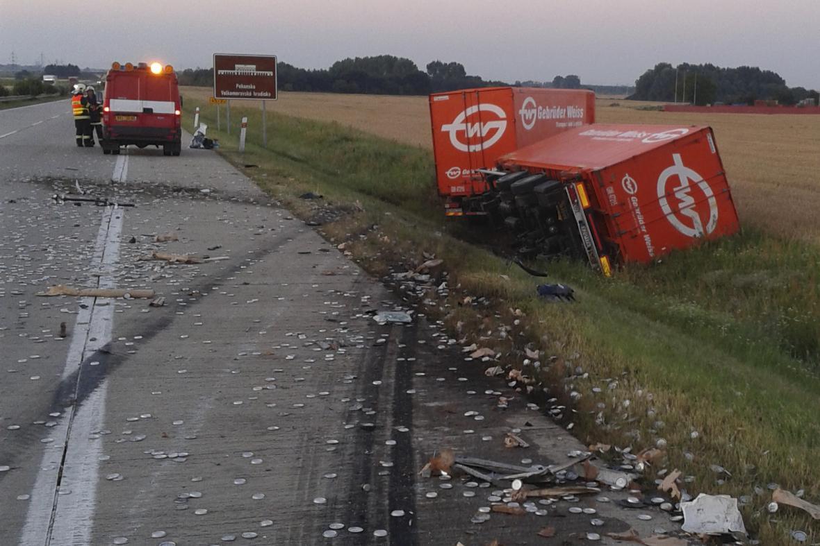 Nehoda dvou kamionů zablokovala provoz na D2