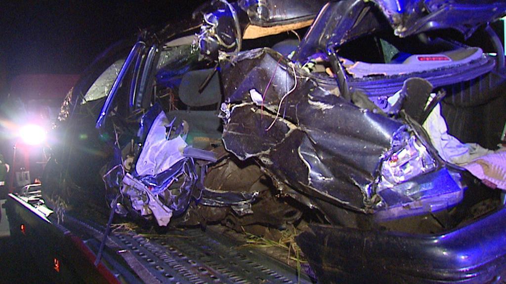 Automobil po srážce s vlakem u Cítova na Mělnicku