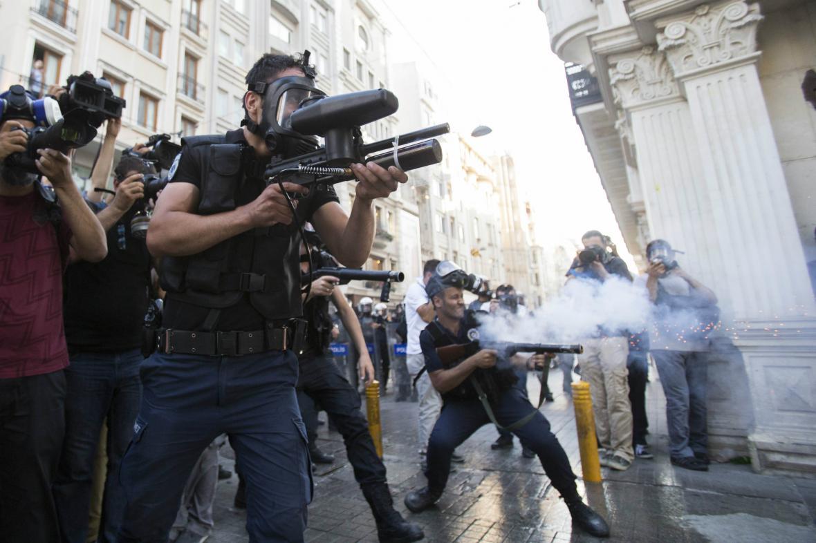 Policie znovu použila proti demonstrantům slzný plyn