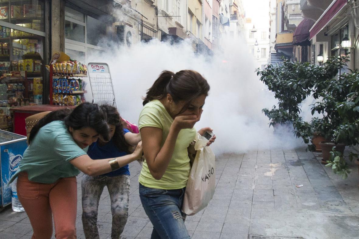 Istanbulské ulice zaplnil slzný plyn