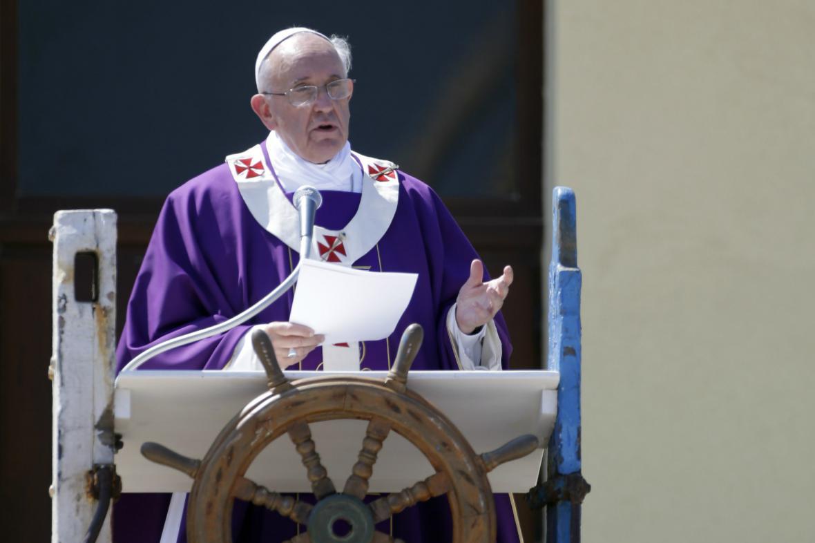 František odsloužil na Lampeduse mši