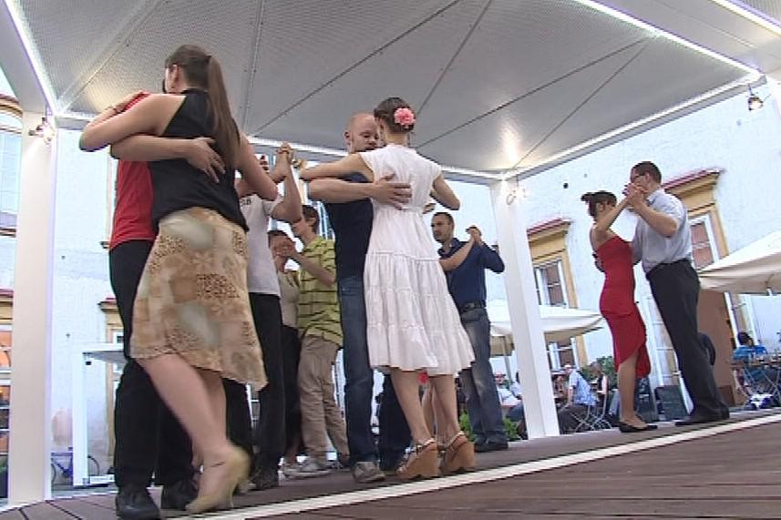 V tančírně nabízejí i lekce základů tanga zdarma