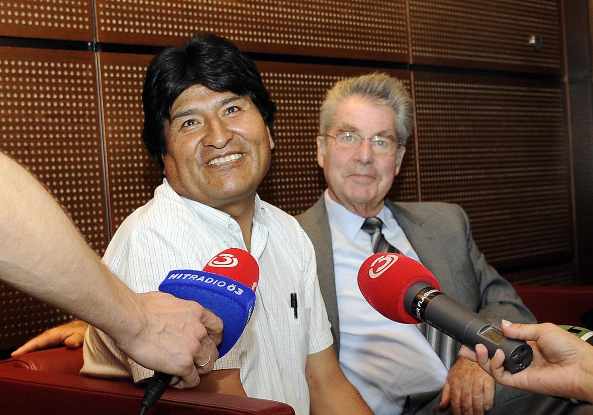 Bolivijský prezident Morales (vlevo) se na vídeňském letišti setkal s rakouským protějškem Heinzem Fischerem