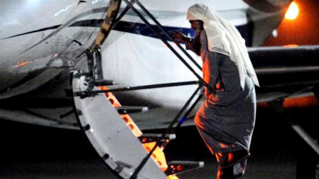 Abú Katada nastupuje do letadla