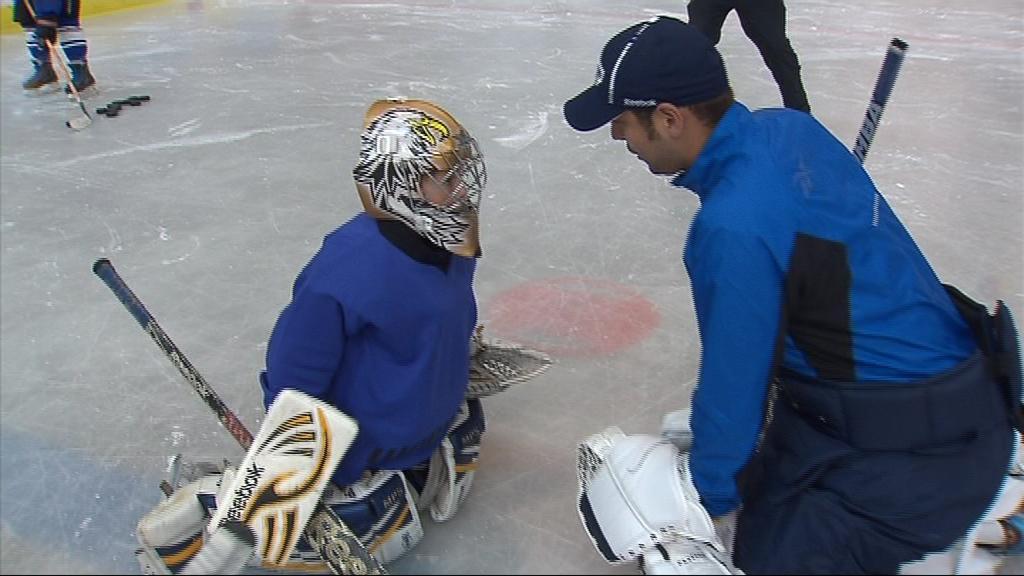 Účastníci hokejové školy absolvují různé fáze tréninku