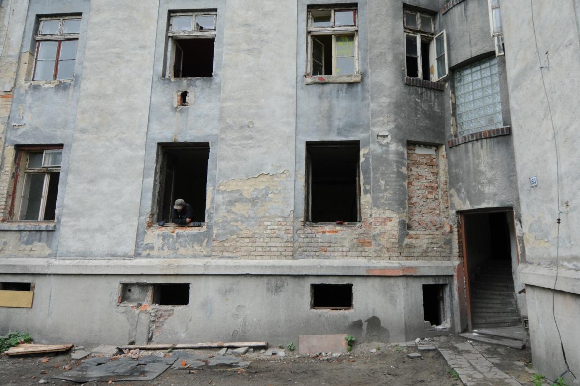 Pustina Přednádraží, jen muž v okně přemítá