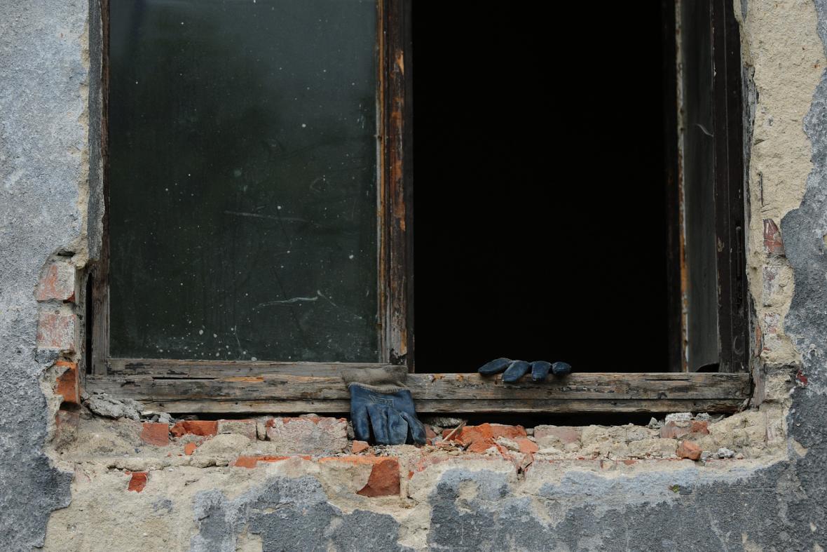 Rukavic je v Přednádraží potřeba. Práce v tamních domech je tvrdá a velmi špinavá