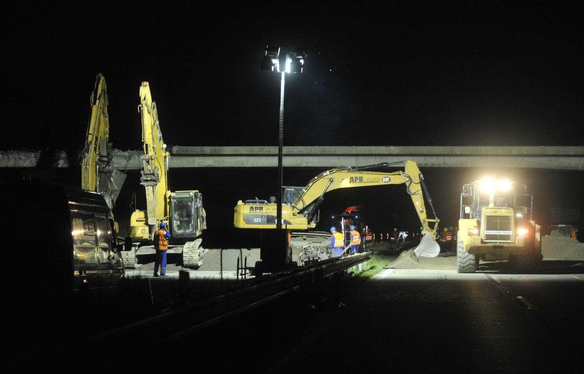 Noční práce na dálnici D1 u Velké Bíteše
