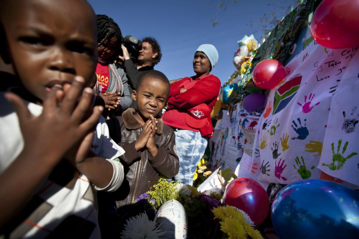 Jihoafričané se modlí za Nelsona Mandelu