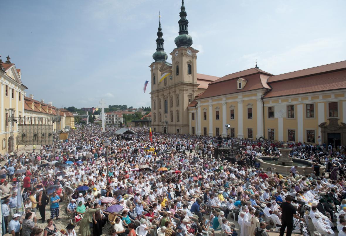 Oslavy příchodu věrozvěstů si nenechaly ujít desítky tisíc poutníků